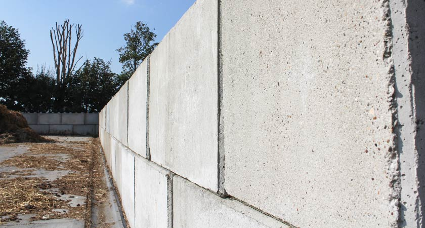 betonnen-mestplaat-voor-paardenmest-opslag