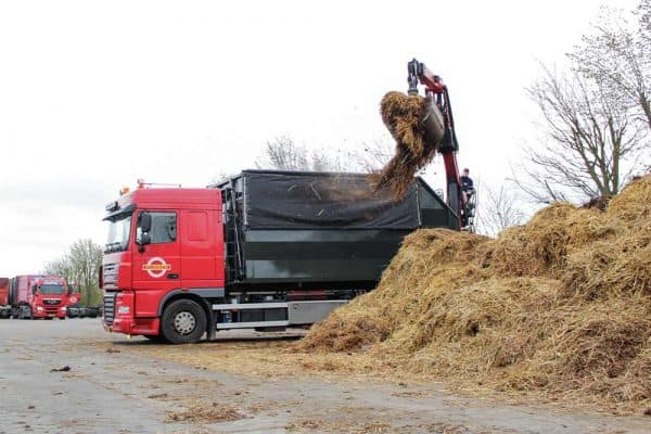 paardenmest-ophalen-mestwagen-600x400